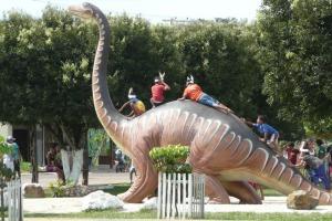 Dinossauro em praça de Novo Airão